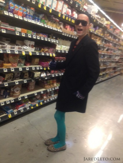 jared-leto-shopping-w-rayon-3-