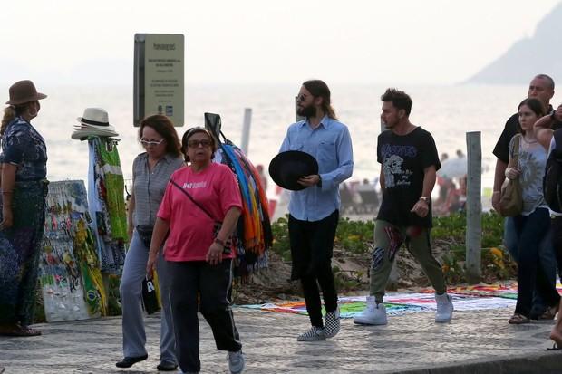 Jared Leto camina por el paseo de Ipanema, en Rio, con su hermano