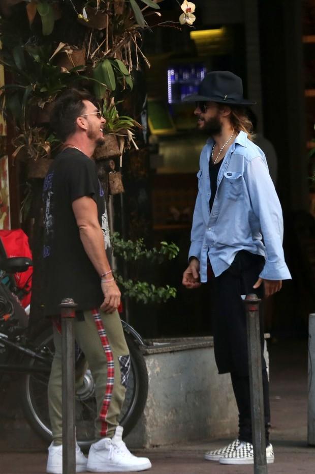 Jared Leto camina por el paseo de Ipanema, en Rio, con su hermano1