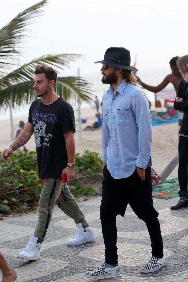 Jared Leto camina por el paseo de Ipanema, en Rio, con su hermano2