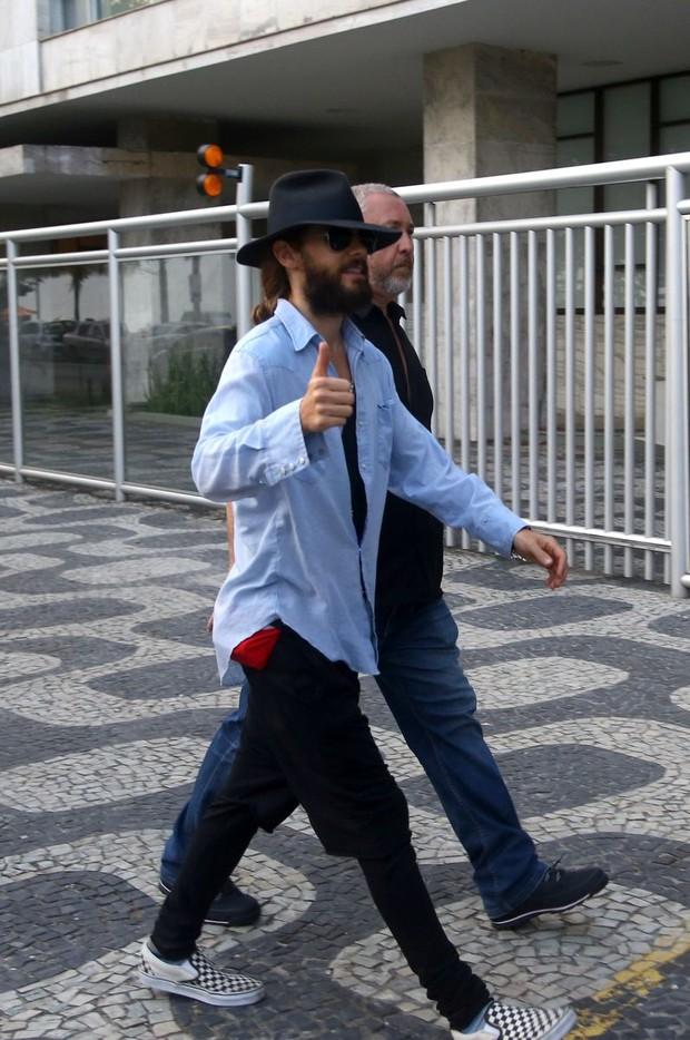 Jared Leto camina por el paseo de Ipanema, en Rio, con su hermano5