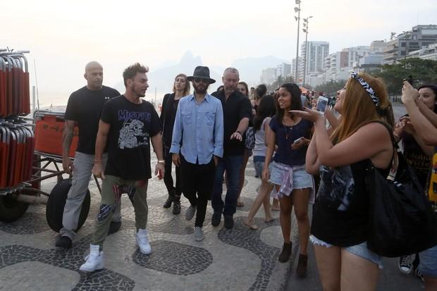 Jared Leto camina por el paseo de Ipanema, en Rio, con su hermano6