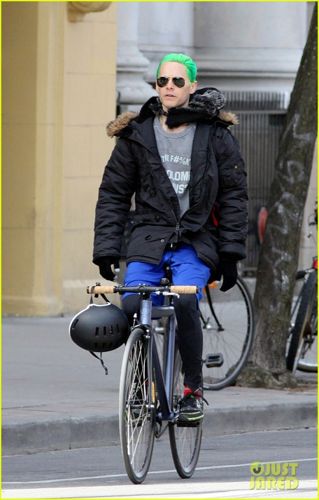 jared-letos-green-hair-is-slicked-back-bike-ride-01